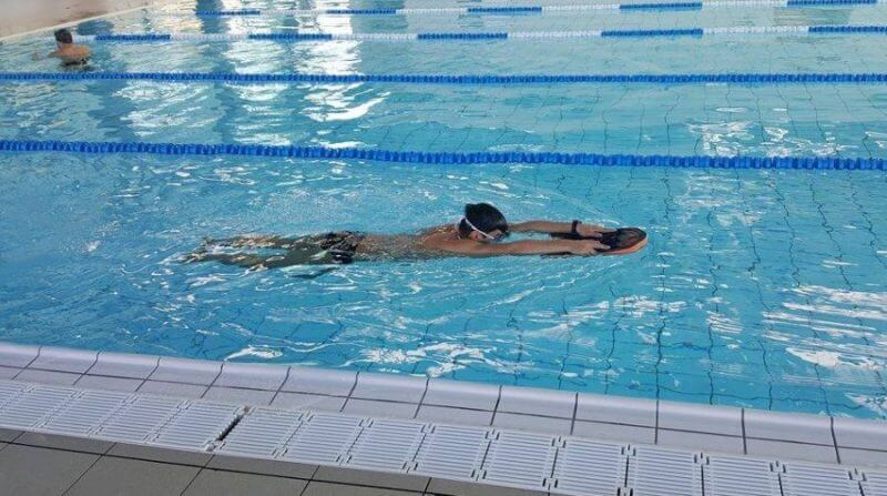 Ce castiga persoanele care inoata. 10 motive pentru care sa mergi la bazin